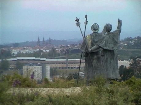 db_6_285__Monte_do_Gozo_Pilgerdenkmal_mit_Pilgern2